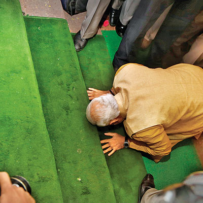 Modi bowes his head
